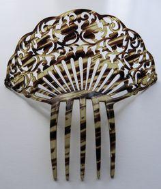 Antigua peina de celuloide tallado. #Feria #Flamenca Vintage Hair Combs, Vintage Jewelry, Hair Barrettes, Hair Clips, Flamenco Costume, Hair Ornaments, Hat Pins, Vintage Hairstyles, Little Things