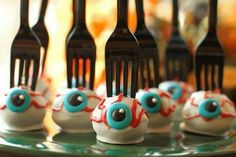 Best idea EVER for a Halloween bake sale - eyeball cake pops with a fork stuck in them! Gross, and easy to serve, perfect. Great for a lunchbox treat too. This is perfect for my Halloween spooky eyeballs! Halloween Desserts, Plat Halloween, Theme Halloween, Halloween Eyeballs, Halloween Food For Party, Holidays Halloween, Halloween Treats, Happy Halloween, Halloween Recipe