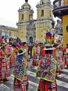 Desfile de la calle en Lima, Perú, donde los participantes vestidos con trajes tradicionales