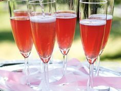 Bellini with raspberry and Spritz - Clean Eating Snacks Prosecco Cocktails, Watermelon Lemonade, Swedish Recipes, Manicure At Home, Banana Cream, Sparkling Wine, Summer Drinks, Clean Eating Snacks, Alcoholic Drinks