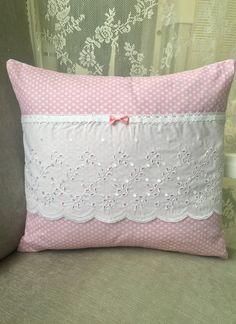 Coussin 40x40 coton pois roses blancs broderie anglaise dentelle noeud Shabby Chic : Textiles et tapis par monautrefois