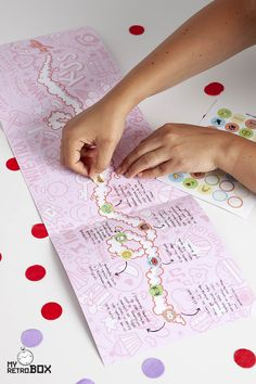 En la línea del tiempo de la Retrobox Amor la pareja puede anotar con las pegatinas todos los hitos de su relación desde el día que se conocieron hasta el presente. La Retrobox Amor es una cápsula del tiempo personalizada en la que una pareja guardará los recuerdos de una etapa de su relación para disfrutarlos en el futuro. ¡El regalo más original de aniversario o San Valentín! #capsuladeltiempo #diariopareja #regalopareja #regaloaniversario #regalosanvalentin Bullet Journal School, Bullet Journal Notes, Personal Timeline, Study Journal, School Notes, Study Notes, School Hacks, Bullet Journal Inspiration, Social Science