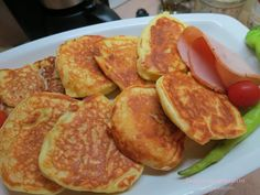 Υλικά: 1 ποτήρι γιαούρτι 3 κουταλάκια μπέκιν 2 αυγά 1/4 ποτηριού ηλιέλαιο 1 1/2 ποτήρι αλεύρι 1 κουταλάκι αλάτι Λίγο λάδι για το τηγάνι Εκτέλεση: Σε ένα μπολ αναμιγνύουμε τα αυγά, το γιαούρτι, το μπέκιν, το αλάτι, και το λάδι. Κοσκινίζουμε το αλεύρι και χτυπάμε λίγο το μείγμα ώστε να έχουμε μία ζύμη πολύ απαλή [...] Greek Recipes, Sausage, Pancakes, French Toast, Food And Drink, Baking, Breakfast, Desserts, Breads