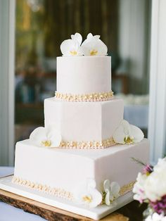 Floral Wedding Cakes Modern white wedding cake with orchids - Minimalist tiers can be just as gorgeous as sugar flowers. Floral Wedding Cakes, White Wedding Cakes, Elegant Wedding Cakes, Floral Cake, Beautiful Wedding Cakes, Gorgeous Cakes, Wedding Cake Designs, Gold Wedding, White Cakes