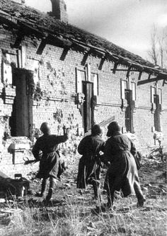 """World War II, the Great Patriotic War. """"The Task is to Capture the House"""" by Yakov Ryumkin. 1942, Stalingrad, Russia. Russian infantrymen in street fights against Nazi invaders."""
