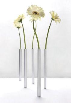Cachez la base sous une nappe et placez le vase par dessus, il s'aimantera et sera stable; l'effet est surprenant ! Ces vases conviennent pour des fleurs fraîches ou artificielles.  Chaque pack contient 5 vases en aluminium et 5 bases.