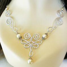 Les ailes venteux travail du fil et collier de perles
