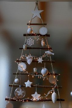 Christmas tree door hanging from branches – Karin Urban – NaturalSTyle – Fireplace Ideas 2020 Christmas Minis, Christmas Star, Green Christmas, Minimal Christmas, Simple Christmas, Handmade Christmas, Christmas Tree Decorations, Holiday Decor, Shiny Brite Ornaments