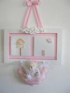 Quadro em MDF com apliques em madeira e resina, ursinha em pelúcia com detalhes em tecido e o nome do bebê bordado no feltro. R$ 120,00