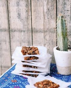 Got the munchies? Instead of reaching for a sugary store-bought granola bar, try these healthy homemade fruit bars from instead. Paleo Chocolate Chip Cookies, Chocolate Chili, Under 300 Calories, Eating At Night, Late Night Snacks, Fruit Bars, Granola, Healthy Snacks, Healthy Recipes