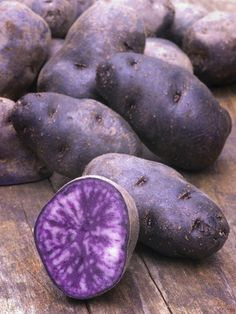 Purple Power: 6 Popular Produce Picks // From purple asparagus to purple cauliflower check out the top 6 picks. Fruit And Veg, Fruits And Vegetables, Fresh Fruit, Purple Cauliflower Recipe, Healthy Eating Tips, Healthy Recipes, Starting A Coffee Shop, Vegetable Garden Design, Veggies