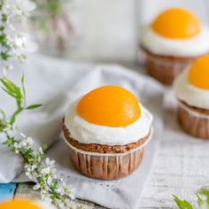 Zum Osterfest: Süße Spiegeleier-Muffins mit Schokolade. Das Rezept ist einfach umgesetzt und ist auf der Ostertafel ein wunderschöner Hingucker.