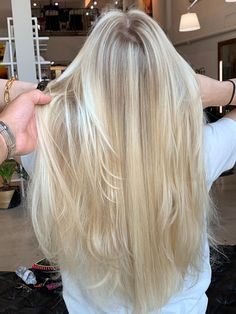 Light Blonde Hair, Honey Blonde Hair, Blonde Hair Looks, Bleach Blonde, Light Hair, Blonde Hair Inspiration, Hair Color Guide, Grey Wig, Silky Hair
