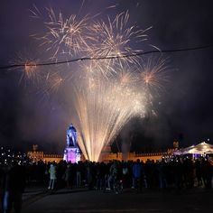 Gerade wurde die Stadtwerke #Eiszeit mit einer tollen #Show eröffnet! #feuerwerk #fireworks #visitkarlsruhe #visitbawu #bwjetzt #meimbw #instalike #karlsruhe #schloss #schlosskarlsruhe #light #amazing #travel #placetobe #explore #winterdream #palace #citylights #city