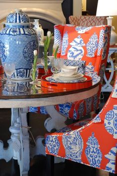 FEAST YOUR EYES - Nell Hills Beautiful mixture or tomato red with the cobalt blue and white traditional with a chinoiserie decor. Chinoiserie Chic, Chinoiserie Fabric, Chinoiserie Wallpaper, Keramik Vase, Interior Decorating, Interior Design, Asian Decor, Red Interiors, Blue China