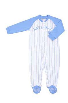 Pijama tipo mono, para bebe niño, con rayas en azul claro y blanco. La palabra baseball bordada al frente en azul claro.