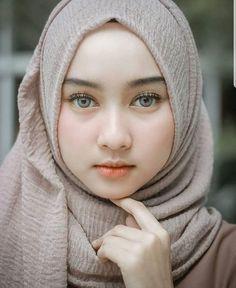 Hijaber Turki: Icca Safitri Hijaber Beautiful and Friendly Beautiful Muslim Women, Beautiful Girl Image, Beautiful Hijab, Beautiful Eyes, Hijab Niqab, Hijab Chic, Trendy Fashion, Girl Fashion, Muslim Beauty