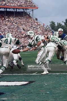 Quarterback Joe Namath of the New York Jets hands off the ball to running back Matt Snell during Super Bowl III against the Baltimore Colts at the Orange Bowl on January 1969 in Miami, Florida. The Jets defeated the Colts Jets Football, Vikings Football, Football Players, Orange Bowl, Football Pictures, Sports Photos, Nfl Photos, New York Jets, Joe Namath