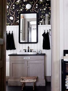 Lantligt badrum, pärlspont, kommod
