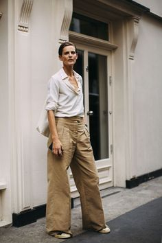 The Best Street Style Looks From London Fashion Week Spring 2019 Older Women Fashion, Fashion For Women Over 40, Curvy Fashion, Plus Size Fashion, Fashion Fashion, Fashion Watches, Fashion Online, Fashion Tips, Fashion Trends