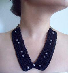 Colar em crochê com aplicação de pérolas negras. Fecho com corrente dourado velho. Disponível na cor preta
