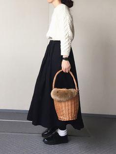 雪がチラチラ 重めコーデにかごバッグで 軽さをプラス。 Instagram → cho_co_roo
