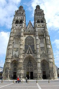 Tours Cathedral Saint-Gatian. Fondata nel 1209 su preesistenti costruzioni e finanziata in parte da Bianca di Castiglia e San Luigi, fu completata solo nel 1546. Ciò spiega il sovrapporsi di stili : dal protogotico, al gotico fiammeggiante, al rinascimentale.