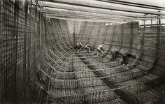 Construcción del 'Mirotres', el primer barco de cemento armado fabricado en España. Una de las imágenes que pueden verse en el nuevo museo.    La sede de Telefónica en la Gran Vía madrileña (España) acoge las vanguardias de inicios del XX y el XXI.
