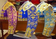 CHAQUETILLA del Traje de Luces de un TORERO. telas de seda y bordados en oro para el matador, plata para el subalterno y azabache, desde 2500€ con la taleguilla correspondiente y en gran variedad de colores