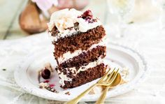 "Chocolate Cream Cake - Moist chocolate cake topped with a light and fluffy almond flavored whipped cream ""frosting"". by socorro Frosting Recipes, Cupcake Recipes, Baking Recipes, Dessert Recipes, Easy Desserts, Delicious Desserts, Yummy Food, Cupcakes, Cupcake Cakes"