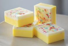 A tutorial for melt and pour lemon cake soap! These are so cute, and easy to make. Soap inspiration R. Handmade Soap Recipes, Soap Making Recipes, Handmade Soaps, Diy Soaps, Handmade Headbands, Handmade Rugs, Handmade Crafts, Spa Tag, Glycerin Soap
