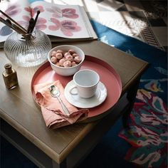 tasse gouter plateau rond table basse bois - blog déco - clematc Marsala Pantone, Ästhetisches Design, Clem, Soup Plating, China Cups And Saucers, Metal Trays, Blog Deco, Scalloped Edge, Earthenware