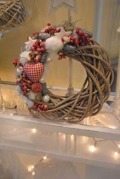 Classic Christmas Yarn Wreath Red Felt Roses by saffronfields Christmas Makes, Rustic Christmas, Winter Christmas, Christmas Holidays, Winter Holidays, Valentine Decorations, Xmas Decorations, Christmas Yarn Wreaths, Christmas Crafts