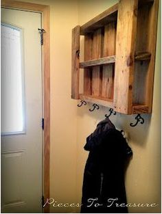 DIY Wood Pallet Coat Hanger Storage Piece #Front Entry way decor #Small space savers