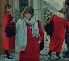 İstanbullu Gelin 26. bölümde Süreyya'nın giydiği kırmızı palto siyah beyaz çizgili kazak Süreyya siyah sırt çantası Süreyya siyah Sneaker ayakkabı, Süreyya gri şal nereden? İstanbullu Gelin dizi kıyafetleri 26. bölüm