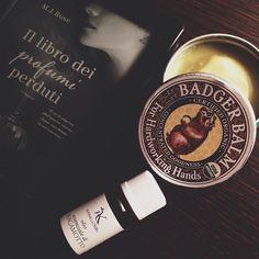 Qualche goccia di olio essenziale al bergamotto di Alkemilla sulla lampadina, crema Badger Balm sulle unghie e un buon libro.. via @marzia