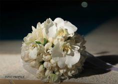 Μοντέρνο νυφικό μπουκέτο με λευκές τουλίπες και άνθη φαλαίνοψις. #λευκό #νυφικομπουκέτο #ορχιδεάφαλαίνοψις #τουλιπες