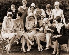 A tea party with actress Mary Pickford featuring actresses Alice Day June Collyer Dorothy Gulliver Gwen Lee Molly O'Day Retro Mode, Vintage Mode, Vintage Tea, Vintage Girls, Retro Vintage, Anos 20s, Alice Day, Idda Van Munster, 1920s Hats