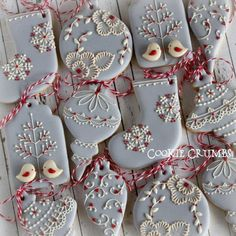 Christmas Cookies: Cookies in the shape of Christmas ornaments decorated using royal icing. Fancy Cookies, Iced Cookies, Cute Cookies, Cookies Et Biscuits, Cupcake Cookies, Royal Icing Cookies, Cupcakes, Cookie Icing, Christmas Sugar Cookies