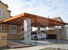 Estacionamiento con techo tipo celosía y pilares de hormigón