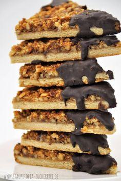 Diese Low Carb Nussecken sind grandios. Sie schmecken nicht nur besser als aus der Bäckerei, sondern enthalten gesunde Fette, beinhalten wenige Kohlenhydrate und sind zudem auch noch glutenfrei. Darüber hinaus lassen sich diese köstlichen Low Carb Nussecken wunderbar auf Vorrat backen, einfrieren und ganz nach Bedarf auftauen. Kurz und knapp gesagt: Ein Rezept, dass ich nicht mehr missen will und jetzt mir dir teilen möchte.