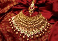 The largest collection of photographs of bridal gold jewellery designs. Find kundan gold designs, meenakari bridal gold and temple jewellery. India Jewelry, Temple Jewellery, Ethnic Jewelry, Jewelry Sets, Jewelry Making, Bengali Jewellery, Jewelry Model, Jewelry Stand, Indian Wedding Jewelry