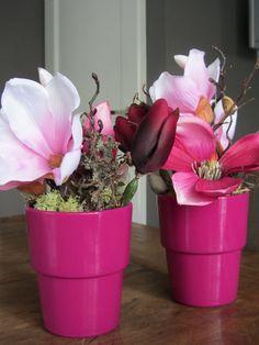 Als dit niet gaat knallen op de tafels in het zorgcentrum, weten wij het ook niet meer. Hard roze potjes gevuld met zijden licht- en donker roze zijden magnolia's. www.abonneefleur.nl