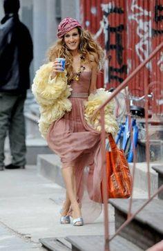 Sex and the city Carrie Bradshaw sarah jessica parker fashion mode Carrie Bradshaw Outfits, Estilo Carrie Bradshaw, Fast Fashion, Fashion Mode, Gypsy Fashion, City Fashion, Sarah Jessica Parker, Estilo Hippy, Estilo Retro