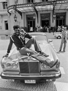 1981 - Leon Spinks was mugged. Ex-heavyweight Champion Leon Spinks poses with a Rolls Royce in Monaco, June (AP Photo) Leon Spinks, Boxing Images, Hometown Heroes, Raging Bull, Sport Of Kings, Vintage Box, Top Of The World, Champions, Rolls Royce