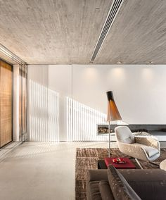 Casa P / Studio MK27 - Marcio Kogan + Lair Reis #living #fireplace