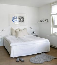 Soverommet er helhvitt, kombinert med en lys parkett. En hvit og halvgjennomsiktig rullegardin tillater dagslyset å slippe inn.