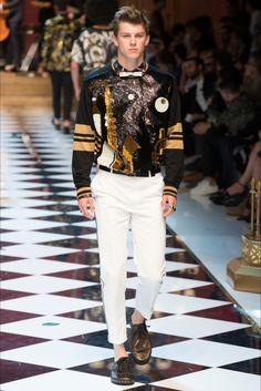 Dolce Gabbana menswear SS2017 collection at Milano Moda Uomo http://modainpasserella.blogspot.it/2016/06/0265-dolce-gabbana-collezione-uomo-ss.html #DolceGabbana #menswear #SS2017 #MFW #fashion #modauomo