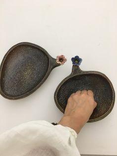 반짝반짝빛나는 핸드메이드도자기그릇 생활도자기접시 예쁜그릇세트 조약돌꽃접시 : 네이버 블로그 Ceramic Decor, Ceramic Pottery, Pottery Art, Ceramic Art, Ceramic Soap Dish, Ceramic Bowls, Japanese Plates, Plaster Art, Hand Built Pottery