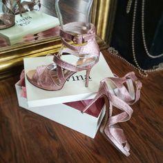 Ροζ-Χρυσο Νυφικά Πέδιλα Divina Bridal Sandals, Bridal Shoes, Wedding Shoes, Wedding Blog, Luxury Shoes, Bridal Style, Gold Glitter, Pink And Gold, Luxury Fashion